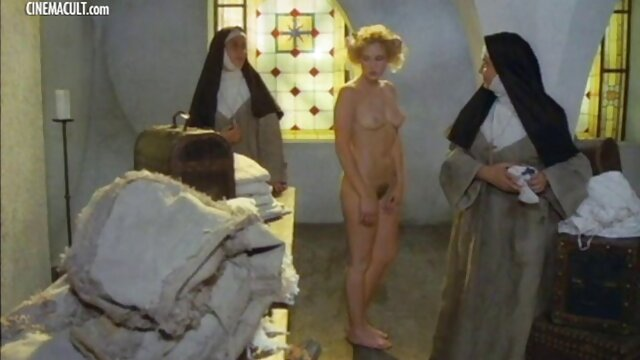 Chico cojiendo a madre cachondo dobló a una rubia sexy y la desgarró en anal