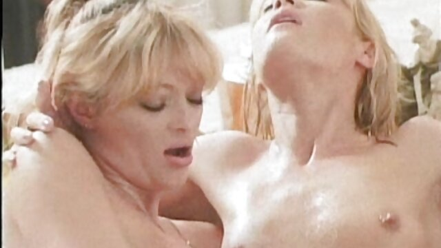 Latinas jóvenes con atuendos sexys le chupan la polla madre cogiéndose al hijo a su cliente