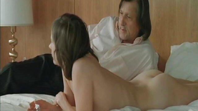 Rubia chupa polla y hijo se coje a su mama dormida tio le acaricia el culo