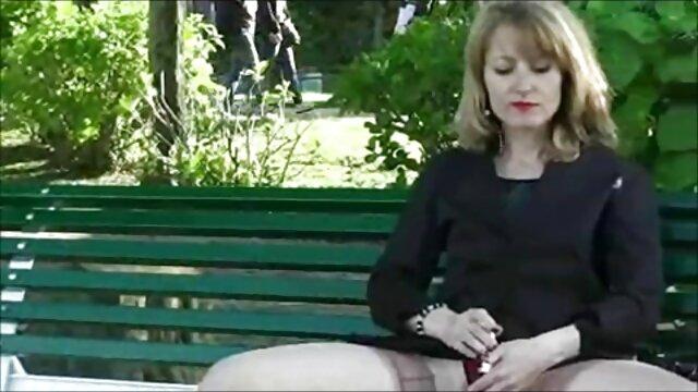 Una perra pelirroja le chupa papa y mama follando la polla a un macho caliente