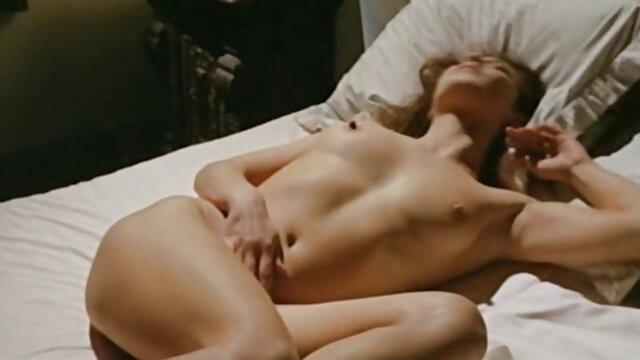 La hija de gran culo pampushka se sentó anal en el pene largo follamdo a mama y gordo de su padrastro