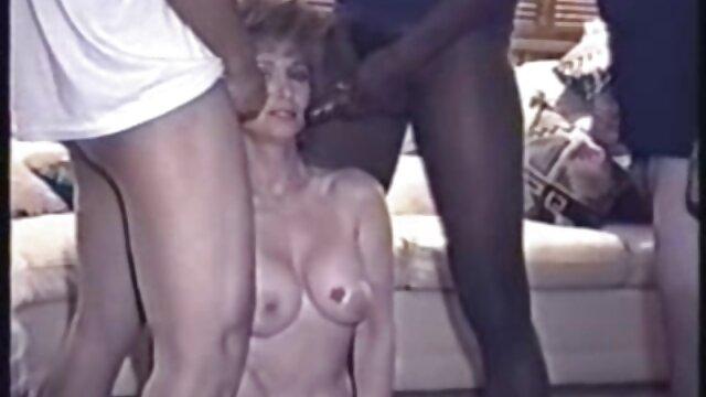 Un poco de vodka y ahora la chica se mete en el porno. Su mano buscó a tientas un gran bulto en sus hijo coje a su mama dormida pantalones y, liberando el pene, lo agarra con los labios, chupando el tronco hasta la base.