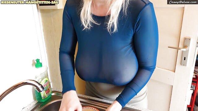 Una polla enorme folllando con mama y gorda se convierte en el anal y el coño de una joven morena
