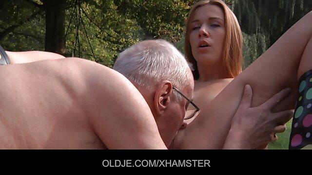 Morena yerno se folla a su suegra sexy de gran culo en medias monta dos pollas negras