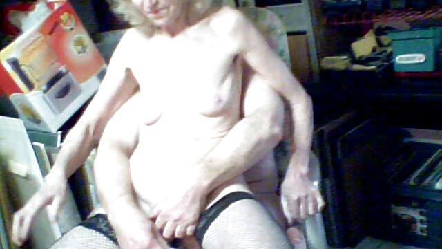 El tipo se folla a una linda perra por el culo follando con mi madre tetona