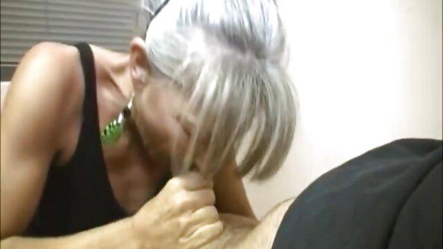 Dos videos de madres follando con hijos gays sexys y bombeados follan apasionadamente en la ducha y chupan pollas