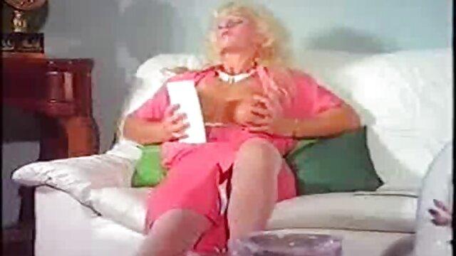 Recogí a porn con mi suegra una chica joven en la calle y la llevé a casa para follar