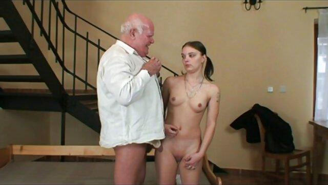 Rubia sexy se folla a su jefe cogiendo mama e hija y deja su trabajo