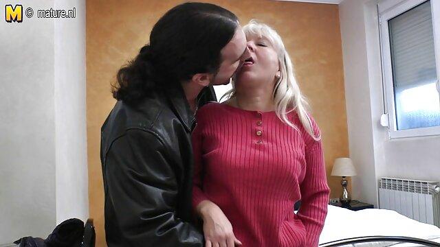 Un madre rusa se folla a su hijo joven pajea una polla a una madre adoptiva y se la folla en la boca