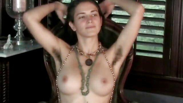 Rubia madre folla hijo sexy en lencería erótica se folla con gruesos vibradores